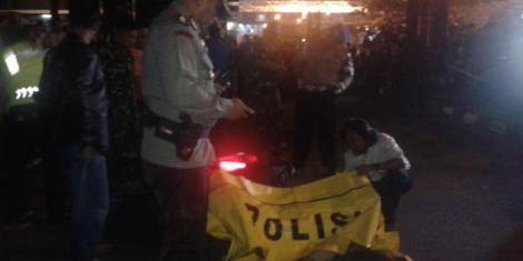 Jenazah Bripka Sukardi, seorang polisi dari kesatuan Provost yang masih tergeletak berikut sepeda motor Honda Vario miliknya di Jalan HR Rasuna Said, tepatnya di jalur lambat tepat di Gedung KPK, Kuningan, Jakarta Selatan, Selasa (